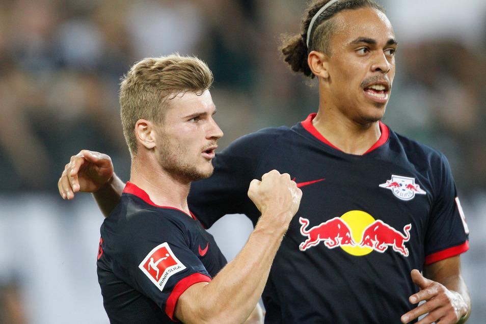 Timo Werner (links) bejubelt mit Yussuf Poulsen eines seiner drei Tore.