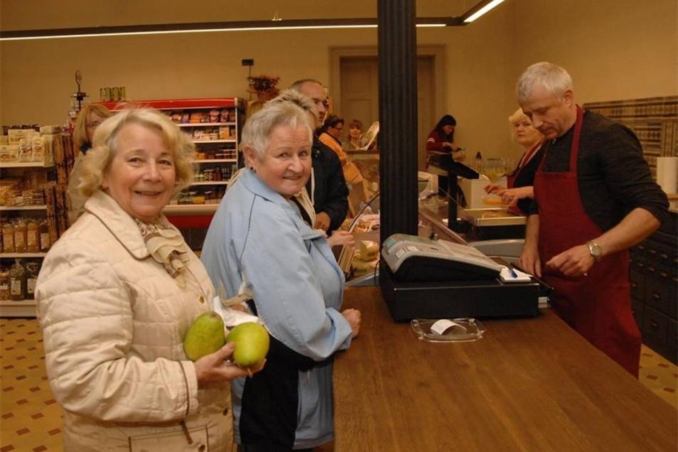 Nicht nur von Außen macht der sanierte Bahnhof etwas her. Auch die Geschäfte im Inneren profitieren von den Umbauten. So hat auch gleich Alf Wendland in seinen Geschäft Obst-Gemüse-Fisch alle Hände voll zu tun...