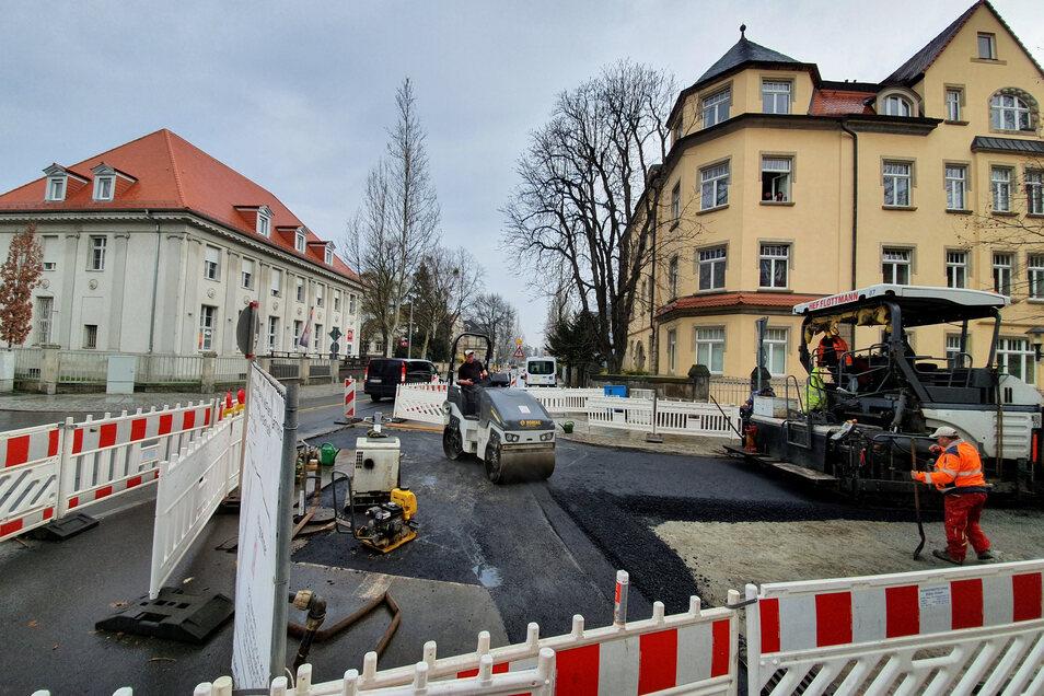 Asphaltarbeiten an der Ecke Gorkistraße/Rädelstraße in Pirna: Ab 27. März ist diese Baustelle Geschichte.