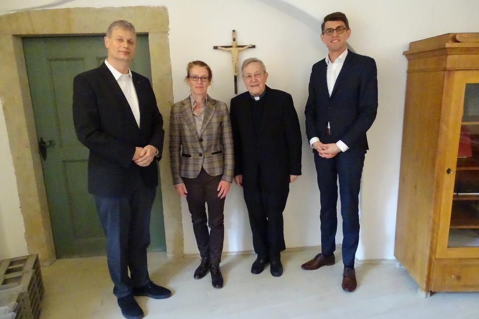 Kardinal Walter Kasper (2.v.re.) besuchte die Evangelische Akademie Meißen (li. Direktor Stephan Bickhardt, Geschäftsführerin Kerstin Hörster und katholischer Akademiedirektor Dr. Thomas Arnold).