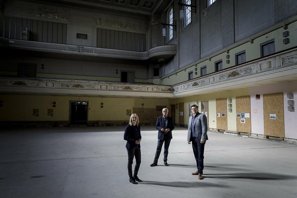 Das Team des Kulturservices, das jetzt die Planungen überarbeitet hat: Maria Schulz, Henning Wossidlo und Bendikt Hummel im Großen Saal der Stadthalle.