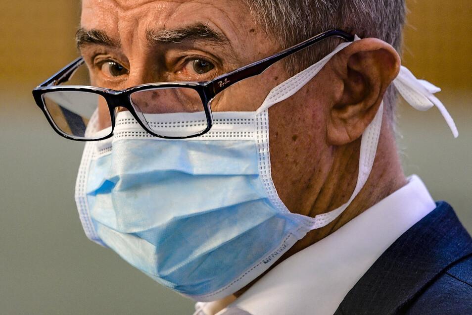Tschechiens Premier Andrej Babis trägt auf einer Pressekonferenz einen Mundschutz. Sachsens Ministerpräsident sagte, Deutschland habe von Tschechien die Maskenpflicht in der Öffentlichkeit übernommen.