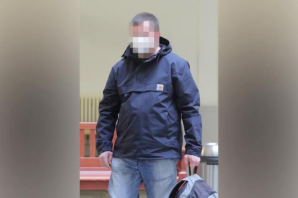 Zwölf Jahre nach der Tat sitzt seit Freitag ein Radebeuler vor dem Dresdner Landgericht. Doch kann er auch verurteilt werden?