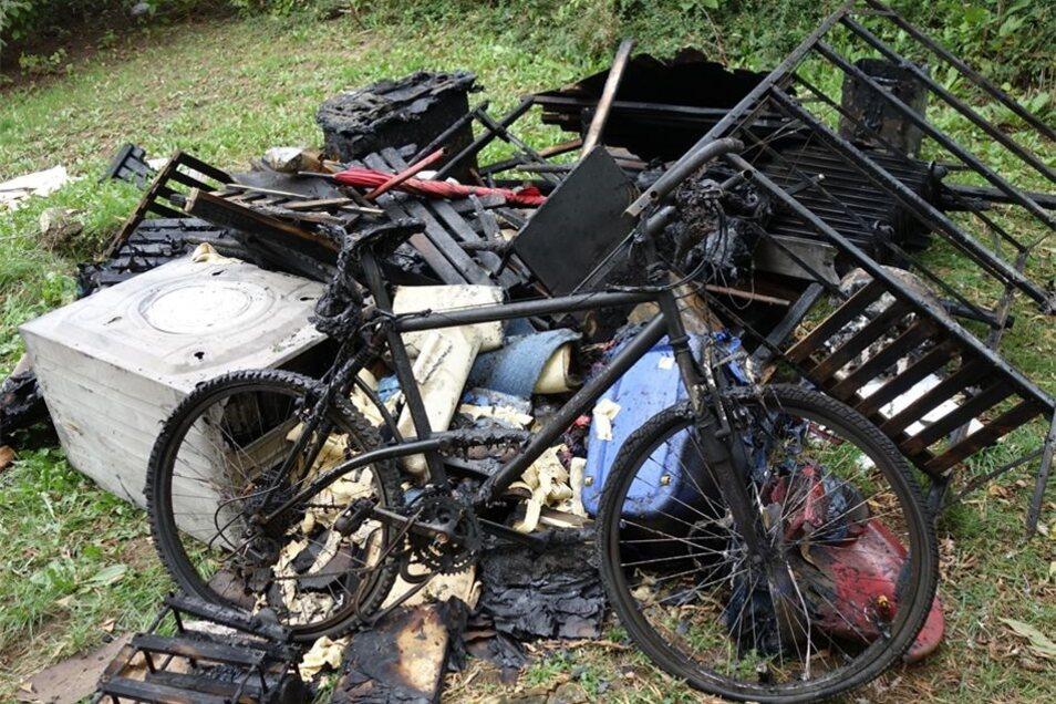 Ein Fahrrad, eine Waschmaschine, verkohlte Trenngitter. Dazu kommen zerstörte Installationen. Das Feuer hat hohen Sachschaden angerichtet.