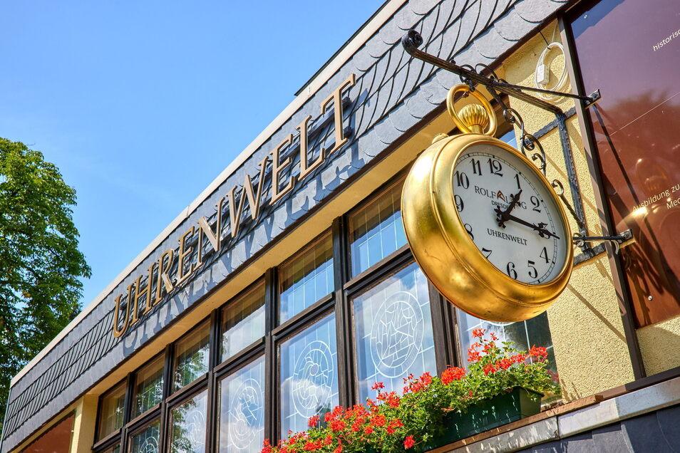 Von der Disko und Bergbaude zur Uhrenwelt und auch dank der großen Uhr nicht zu übersehen: Langs Akademie in Hartmannsbach.