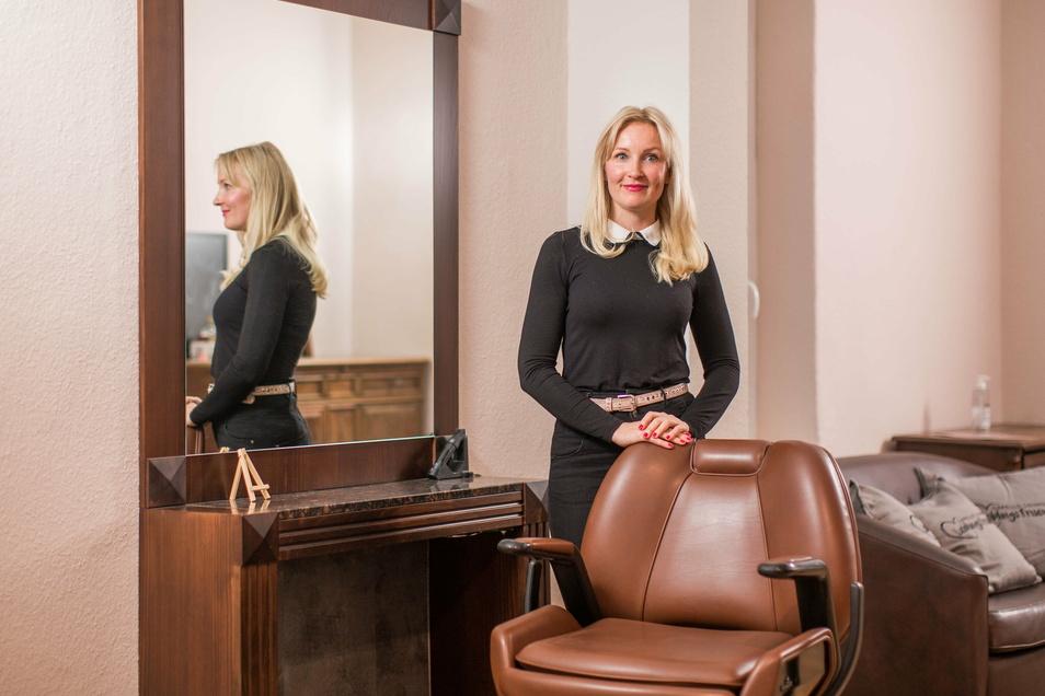 Der Frisiersessel bleibt noch für Wochen leer. Doch Friseurmeisterin Sandra Pietzschmann hat zu schwere Zeiten erlebt, um sich davon verunsichern zu lassen.