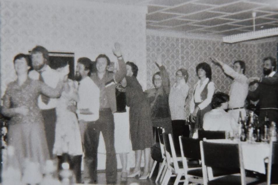 Zu feiern verstanden die Mitglieder der Maler PGH auch, wie die Polonaise zum 25-jährigen Bestehen 1983 zeigt.