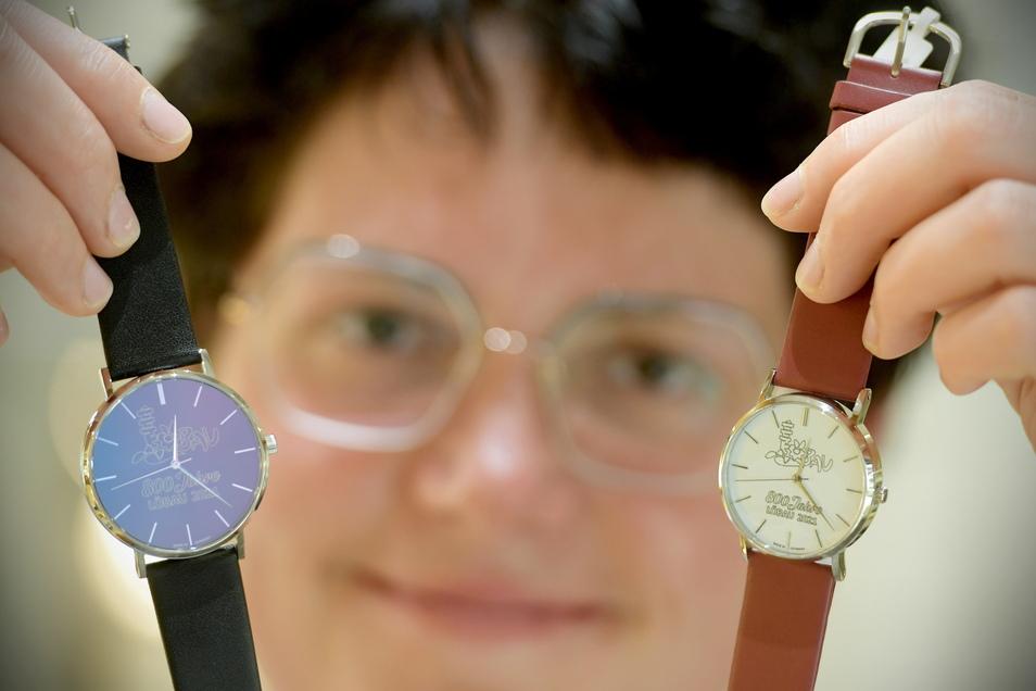Franziska Seffner mit zwei der Jubiläumsuhren.