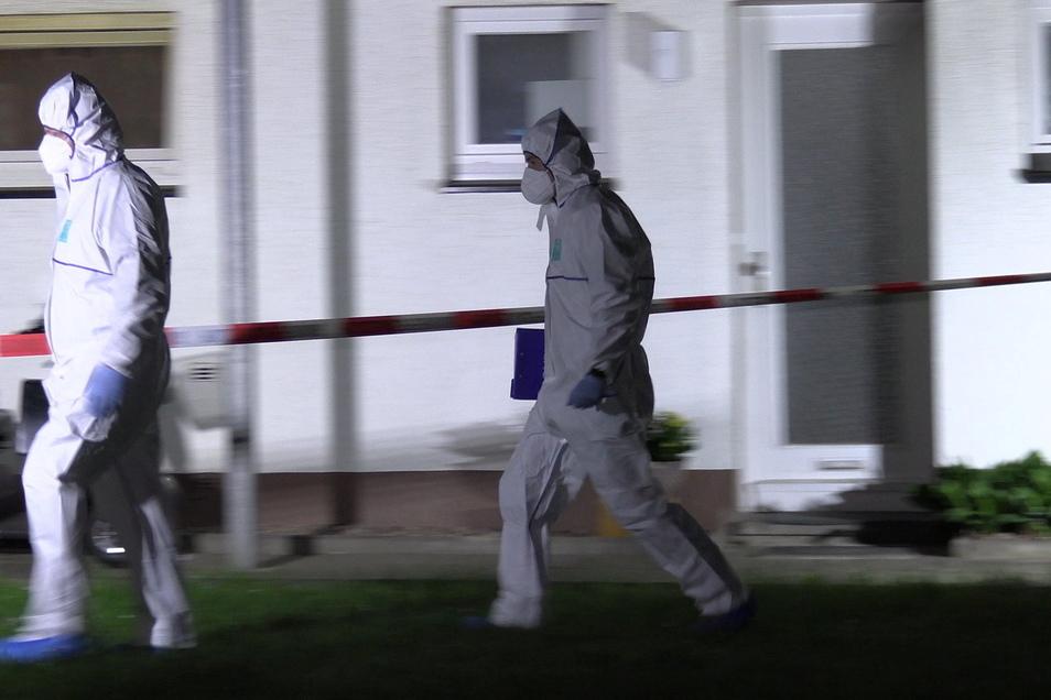 Bei einem Messerangriff in einer Wohnung in Bad Essen in Niedersachsen sind am Freitagabend zwei Menschen lebensgefährlich verletzt worden.