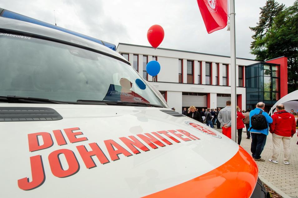 Vor dem neuen Gebäude der Rettungswache feierte die Johanniter-Unfall-Hilfe des Regionalverbands Meißen/Mittelsachsen mit Gästen die offizielle Eröffnung.