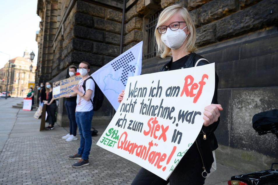 Kundgebung vor dem Sächsischen Kultusministerium: Die angehenden Lehrer befürchten ein Superspreading-Event.