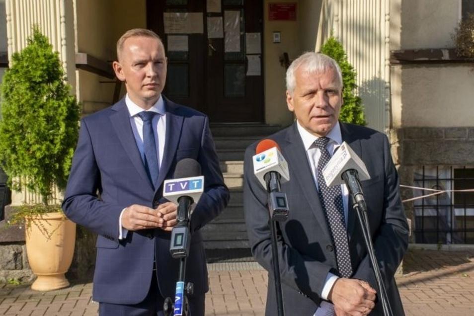 Stanisław Dobrołowicz (links) führt jetzt die Geschäfte der Stadt und Gemeinde Bogatynia. Am Montagmorgen kam der Verwaltungschef der Wojewodschaft Niederschlesien Jarosław Obremski vor Ort, um ihn in seine neuen Aufgaben einzuweisen.