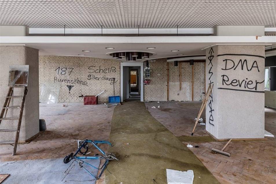 Gangs in Sebnitz? Im ehemaligen Musterzimmer mit der abgehängten Decke im Stil der Ostmoderne haben Jugendliche ihre Reviere markiert.