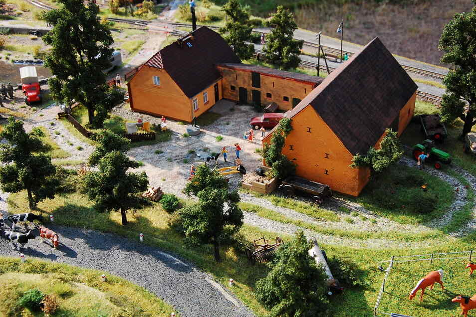 Liebevoll gestaltet bis ins kleinste Detail ist auch dieser Bauernhof auf der Modellbahnanlage