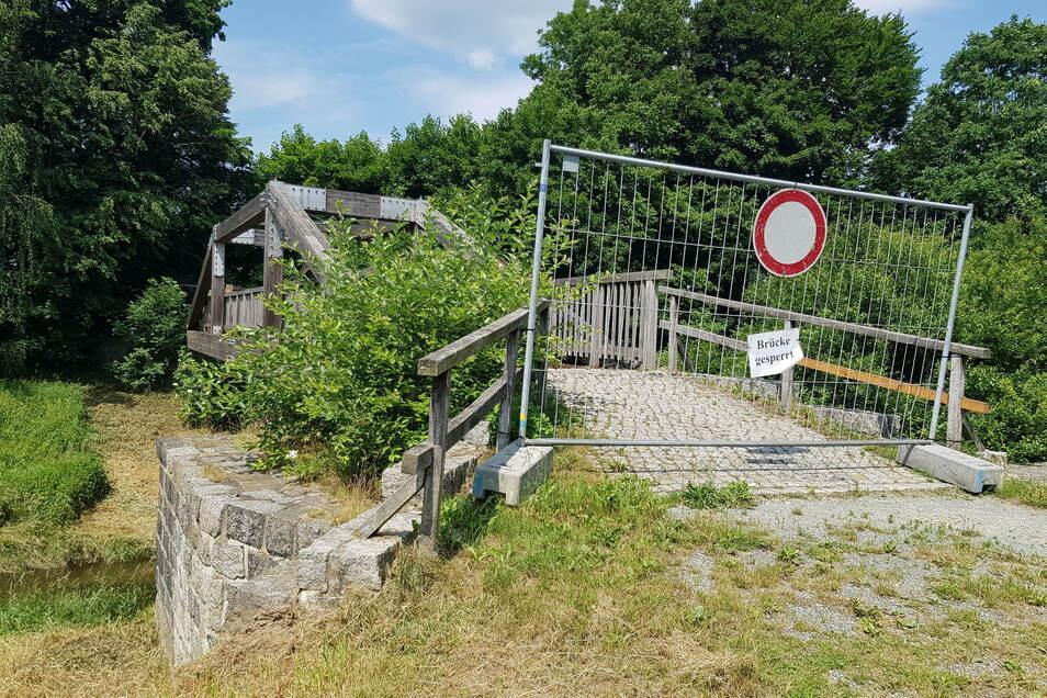 Die Fußgängerbrücke am nordwestlichen Ufer des Sohlander Stausees ist derzeit gesperrt. Die Gemeinde hat ein Unternehmen mit der Sanierung des 20 Jahre alten Bauwerks beauftragt.