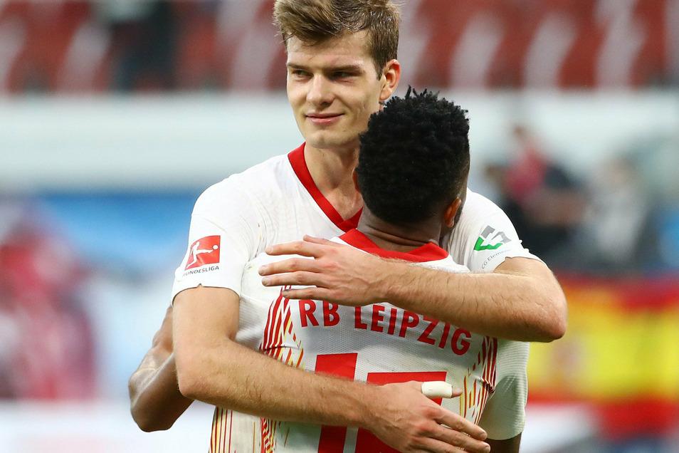 Grund zur Freude über einen eigenen Treffer hatte Alexander Sörloth (l.) bei seinem Startelf-Debüt für RB Leipzig zwar nicht, konnte aber mit Christopher Nkunku den 2:1-Sieg gegen Hertha BSC feiern.