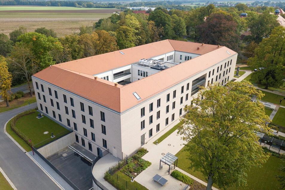 Der Neubau des Krankenhauses Arnsdorf aus der Vogelperspektive. In fast 80 Zimmern sind die Patienten hier untergebracht.