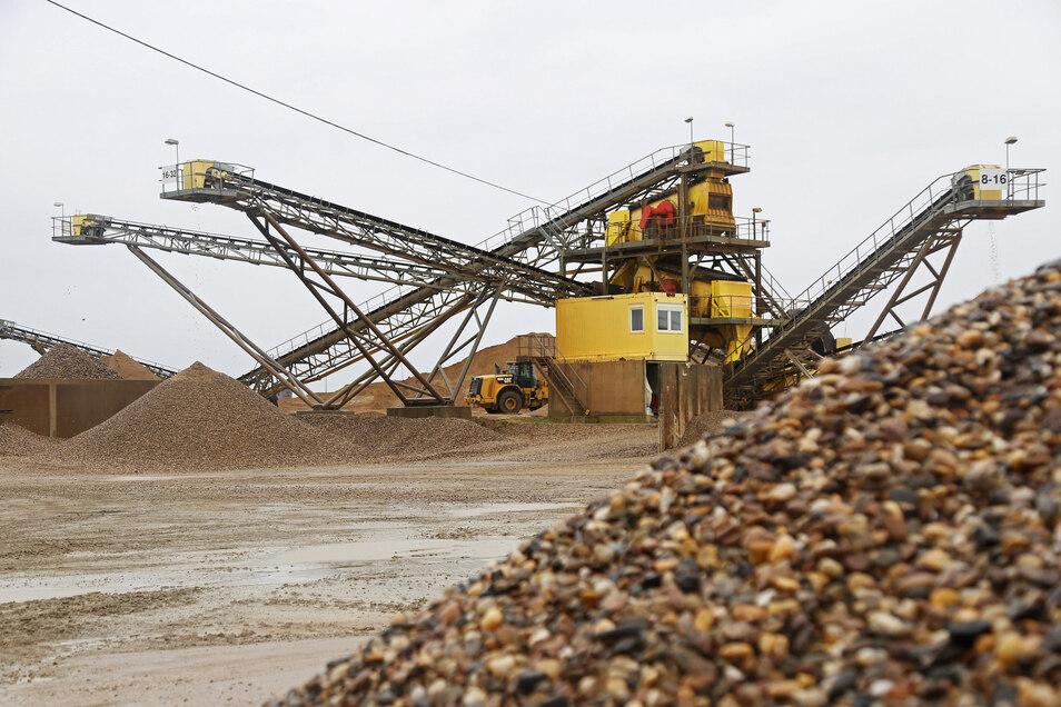 Am Ende des Förderbands wird das Material in verschiedene Korngrößen sortiert und abgelagert.