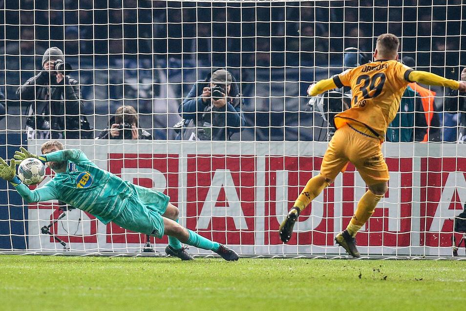 Die Kameras der Fotografen sind auf ihn gerichtet: Dynamos Kevin Ehlers scheitert im Elfmeterschießen an Hertha-Torwart Thomas Kraft.