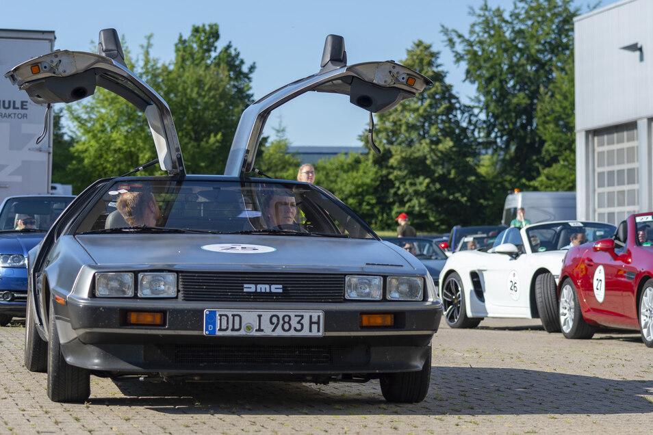 Ein DeLorian DMC-12 von 1983 geht bei Gruma im Döbelner Gewerbegebiet an den Start für eine Tour durchs Erzgebirge. An der Cabrio- und Coupé-Rallye fuhren 143 Fahrzeuge bis Dresden.