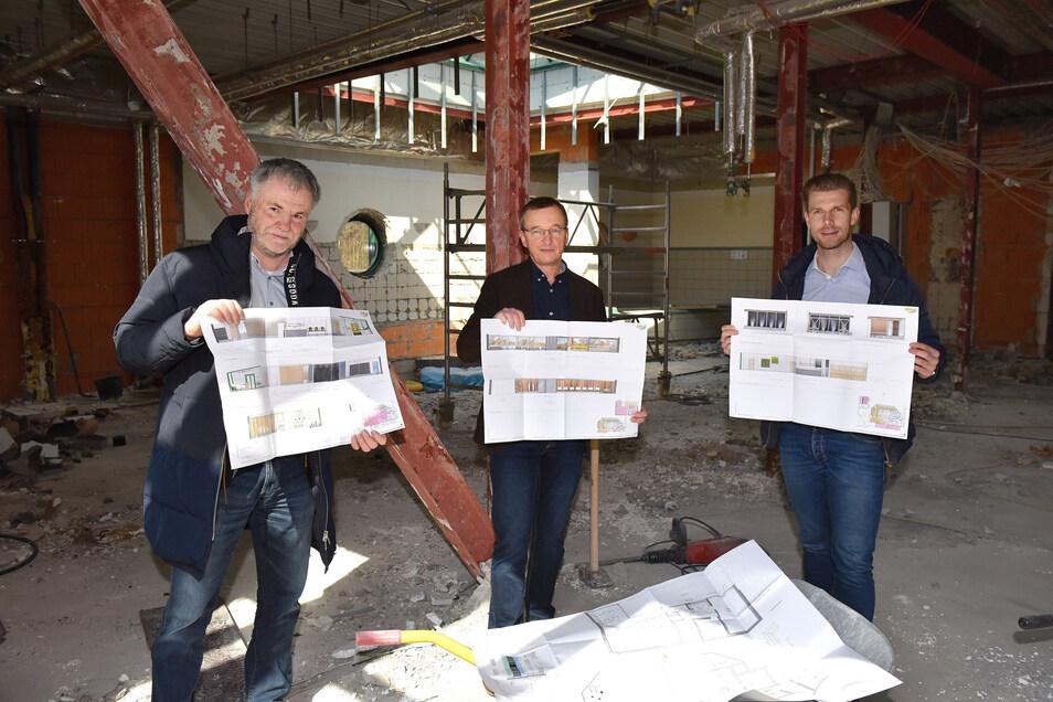 Freitals Oberbürgermeister Uwe Rumberg, TWF-Chef Jörg Schneider und Hains-Geschäftsführer Daniel Wirth (v.l.) zeigen die Pläne für die künftige Gestaltung der Saunalandschaft.