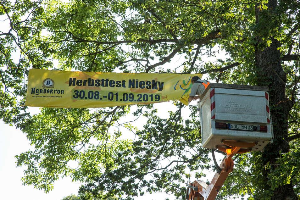Die Mitarbeiter des Bauhofes werden in diesem Jahr kein Banner zum Bekanntmachen des Herbstfestes über die Bautzener Straße spannen. Die Stadt hat ihr traditionelles Fest abgesagt.