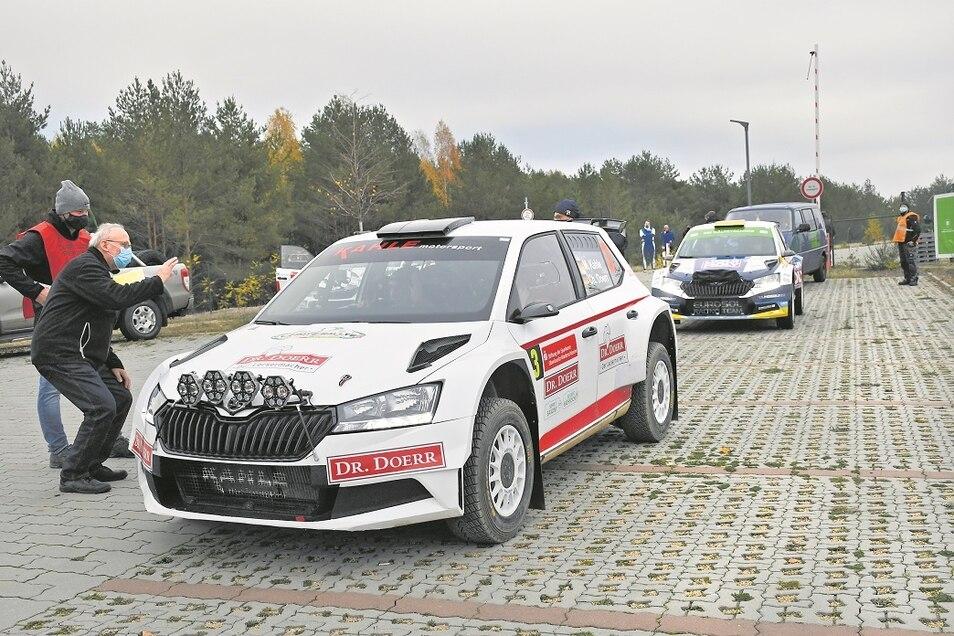 Wolfgang Rasper wünscht Matthias Kahle viel Erfolg während des Rennens.