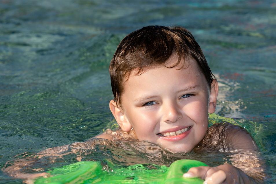 Der achtjährige Kurt Wagner von der Grundschule Rosenstraße in Sebnitz lernt Schwimmen im Kiez.