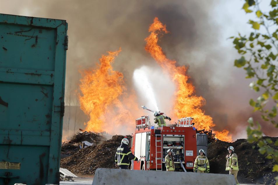 Zahlreiche Kameraden der Feuerwehr versuchen seit mehreren Stunden das Großfeuer auf einem Recyclinghof in Mühlau bei Burgstädt unter Kontrolle zu bringen.