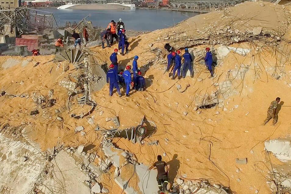 Mitarbeiter vom russischen Katastrophenschutz verschaffen sich ein Bild der Lage am Ort der Explosion im Hafen von Beirut.