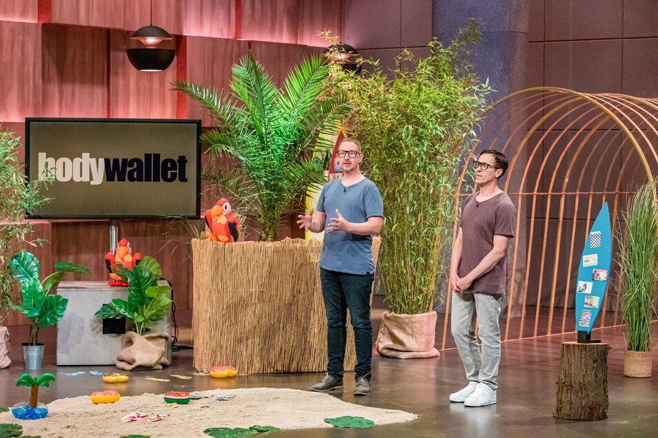 """Axel Kosuch (l.) und Christian Schranz aus Dresden wollten die Investoren in der """"Höhle der Löwen"""" für ihre Geldbörse zum Aufkleben begeistern."""