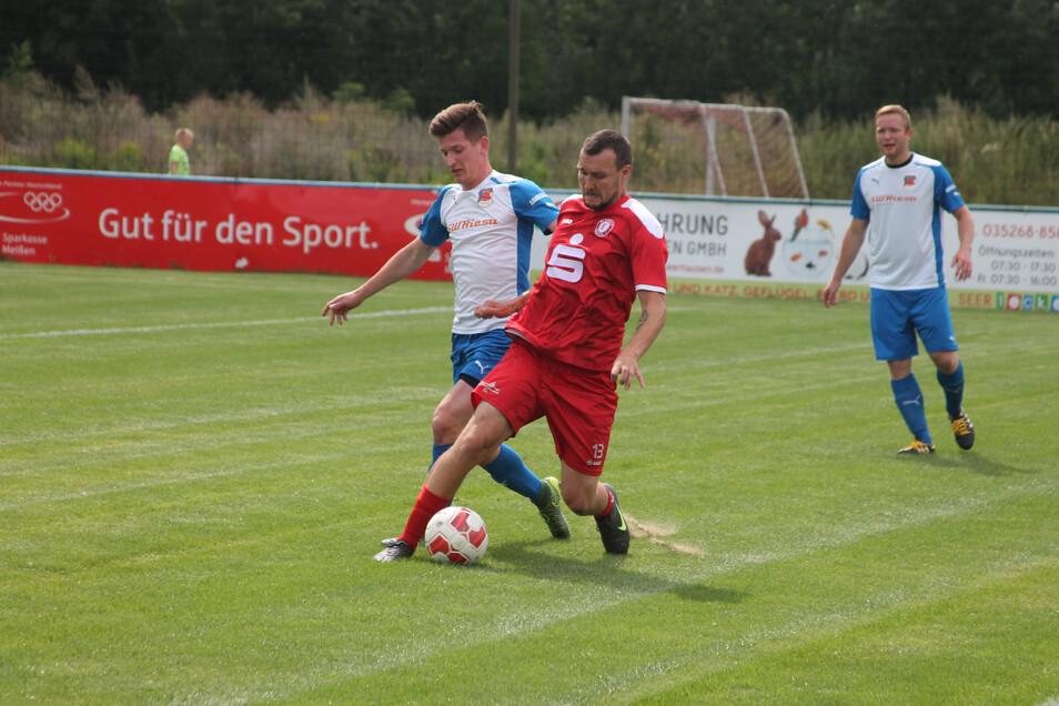 Karel Vrabec (in Rot) hat schon mehrfach für Teams im Landkreis Bautzen gespielt. Unter anderem für Kamenz, wie in dieser Landespokal-Partie gegen Riesa im August 2016.