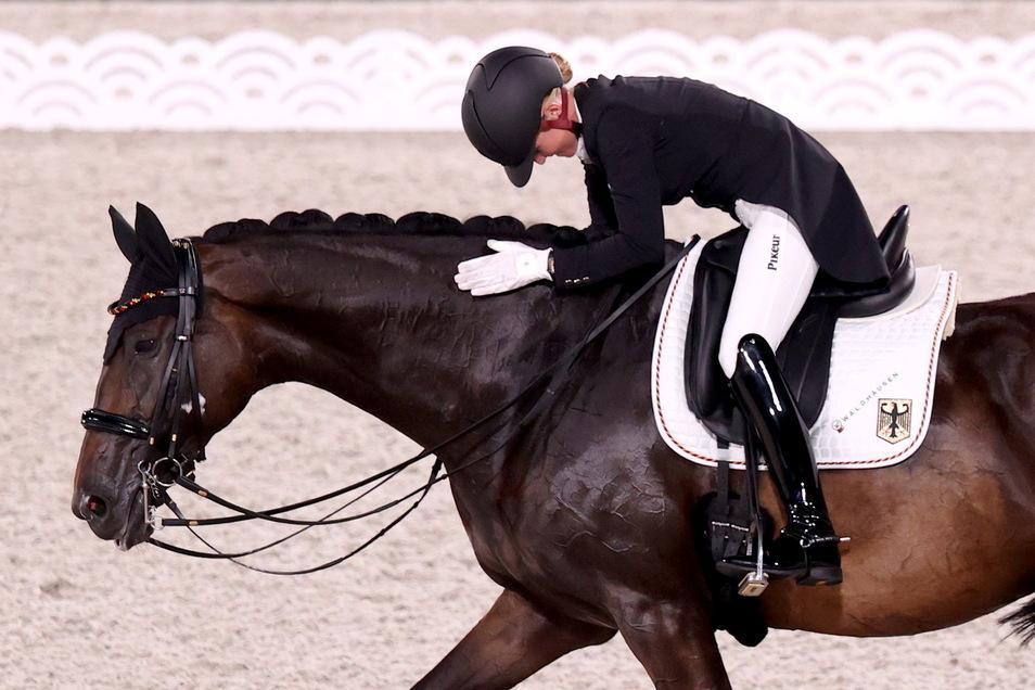 Gemeinsam zum Erfolg: Jessica von Bredow-Werndl mit ihrer Stute Dalera nach dem überragenden Auftritt beim olympischen Mannschaftswettbewerb im Dressurreiten.