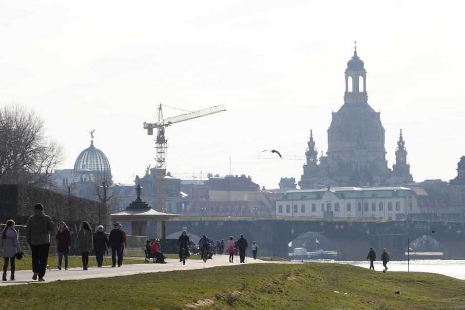 Das erste Frühlingswochenende lockte viele Dresdner nach draußen - und ließ so manchen die Beschränkungen aufgrund der Corona-Schutz-Verordnung vergessen.