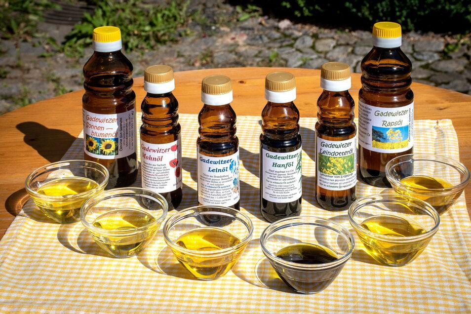 Bisher werden die Speiseöle aus Raps, Sonnenblumen, Öllein, Leindotter, Mohn, Walnüssen und Hanf in Handarbeit hergestellt.