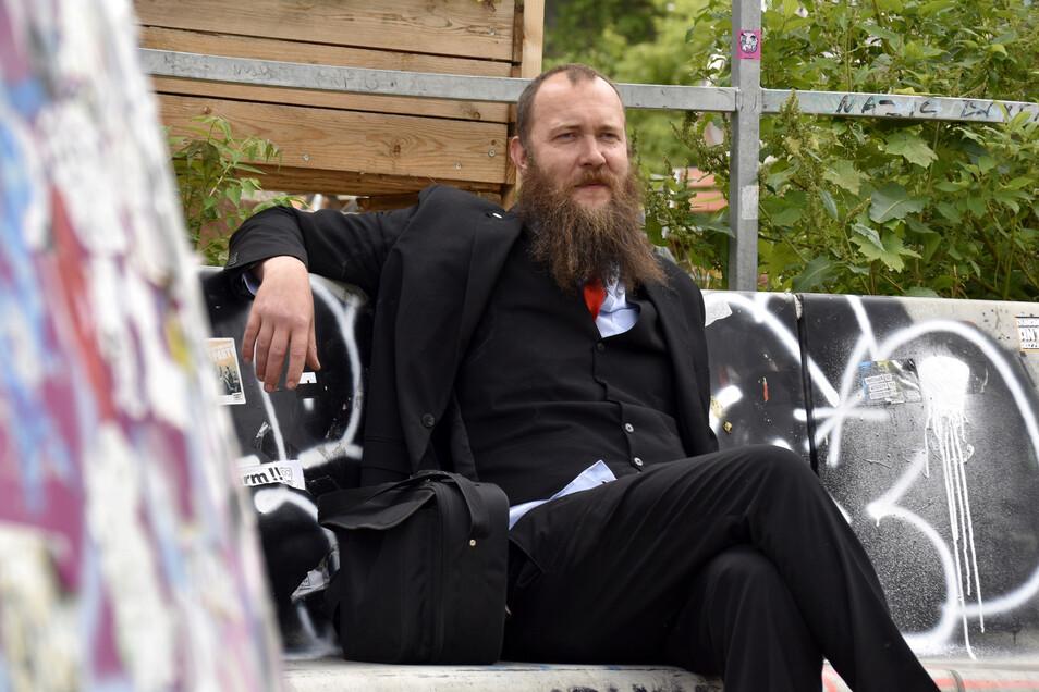 Max Aschenbach von der Satirepartei Die Partei sitzt im Dresdner Stadtrat. Mit zwei anderen Räten möchte er dort gerne eine eigene Fraktion gründen.
