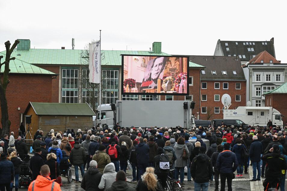 Die Trauerfeier im Michel wird auf einer Leinwand für die Fans draußen übertragen.