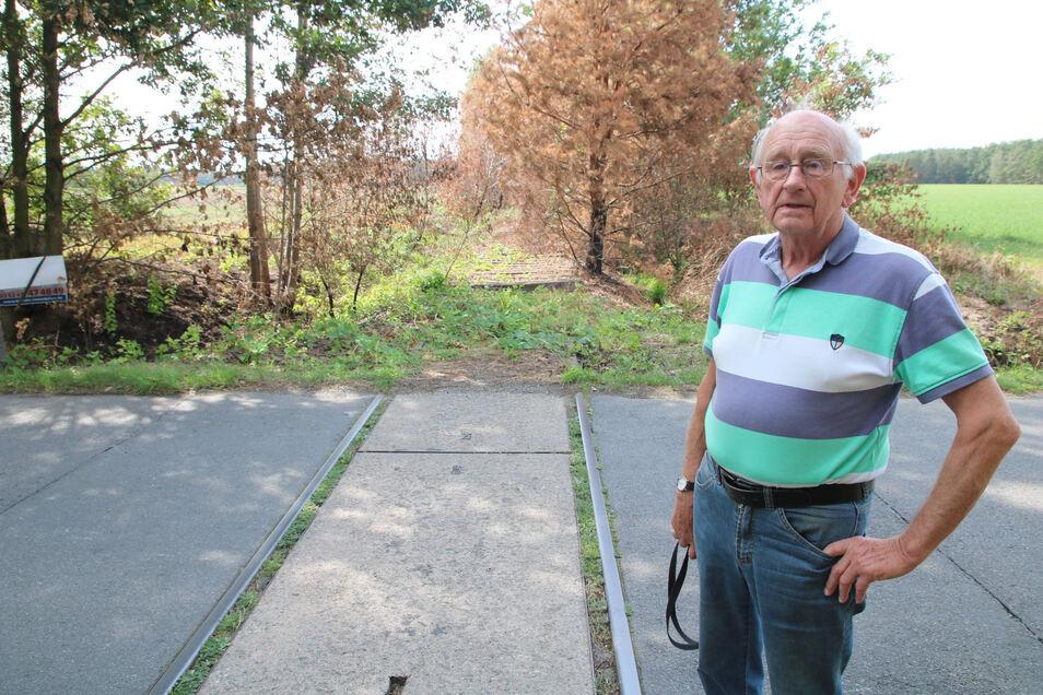 """Reiner Hermann: """"Wir wurden damals vor vollendete Tatsachen gestellt."""" Der ehemalige Gemeindedirektor von Straßgräbchen hofft immer noch auf eine Wiederbelebung des stillgelegten Gleises. Gerad auch mit Blick auf die Anbindung an die mögliche Seenlandbahn"""
