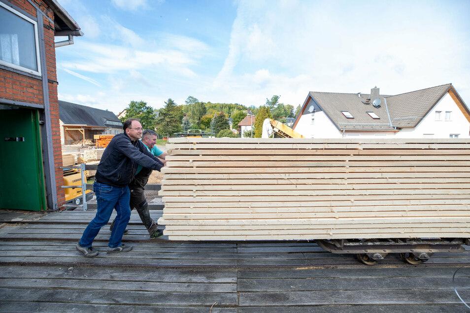 """Auf der """"Abnahme"""": In diesem Paket fertiger Bretter stecken etwa vier Kubikmeter Holz und eine Stunde Arbeit."""