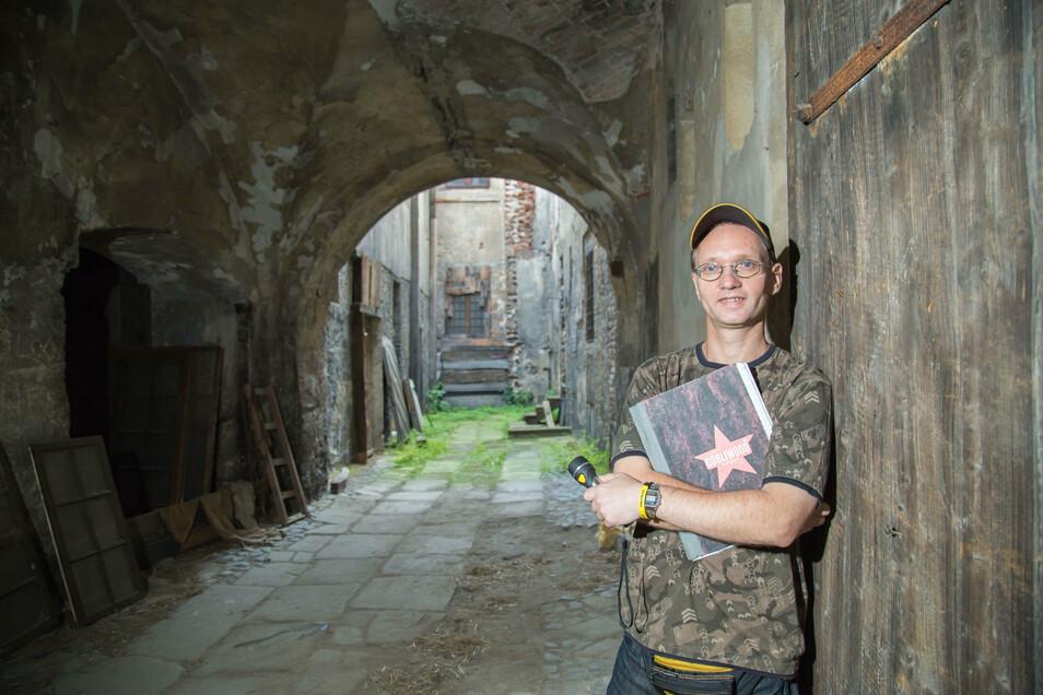 Ronny Förster im Innenhof des Braunen Hirschs. An dieser Stelle bauten schon etliche Produktionen ihr Set auf.