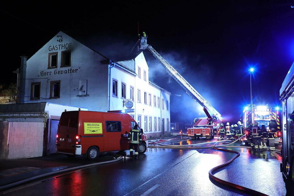 Die Feuerwehren sind schnell da, können den Brand löschen. Der Sachschaden an und in dem Haus ist dennoch sehr groß.