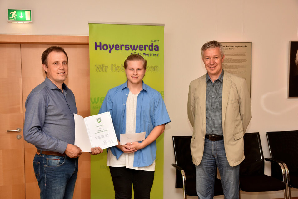 Mirko Pink (li.) und Dietmar Wolf (re.) übergaben für die Stadt Hoyerswerda den Ehrenpreis des Oberbürgermeisters an Sänger Fabian Schulze.