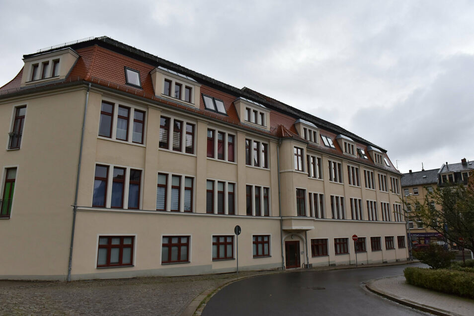 """Das ehemalige Kaufhaus der Familie Eckstein ist ein viergeschossiges Gebäude in Ecklage der Dresdner Straße und der Straße """"Am Bahnhof""""."""