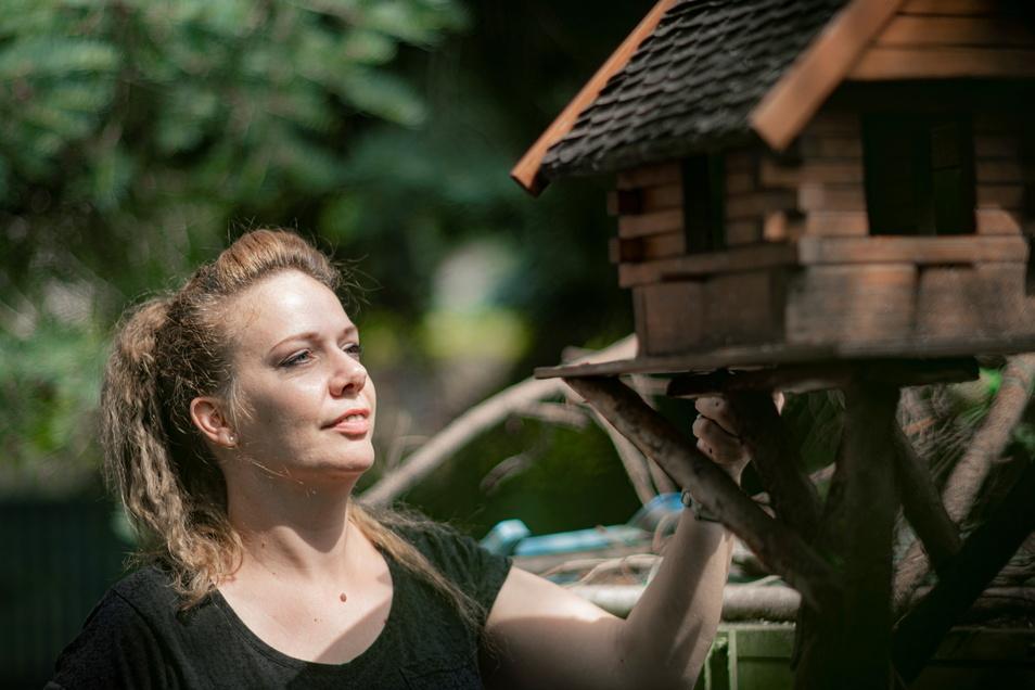 Anja Schweda aus Kamenz kümmert sich gemeinsam mit ihren Eltern um die Wildvögel im Garten. Und sie zieht junge Spatzen auf, die aus ihrem Nest geworfen wurden.