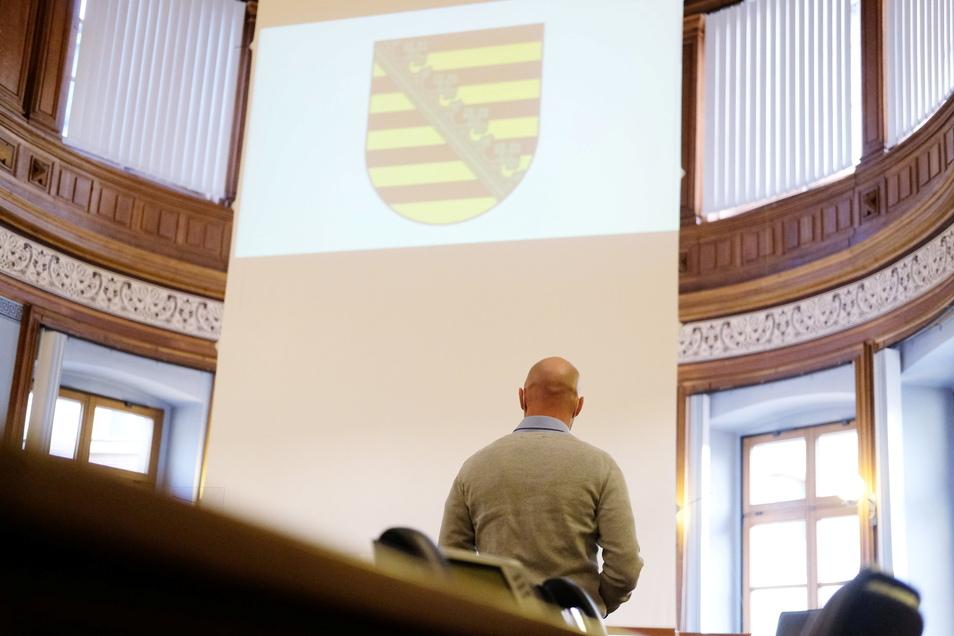 Der Angeklagte, ein ehemaliger Bundeswehrsoldat des Kommandos Spezialkräfte, steht in einem Saal des Landgerichts.