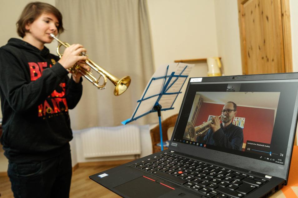 Trompeten-Unterricht per Video-Chat: Der 15-jährige Kalle aus Bautzen mit seinem Lehrer Clemens Kowollik.