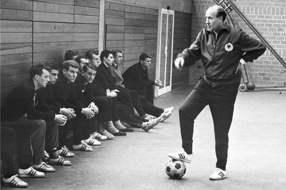 DFB-Trainer Helmut Schön referiert während eines Sichtungslehrgangs des DFBs vor jungen Fußball-Talenten im März 1964 in Frankfurt am Main.