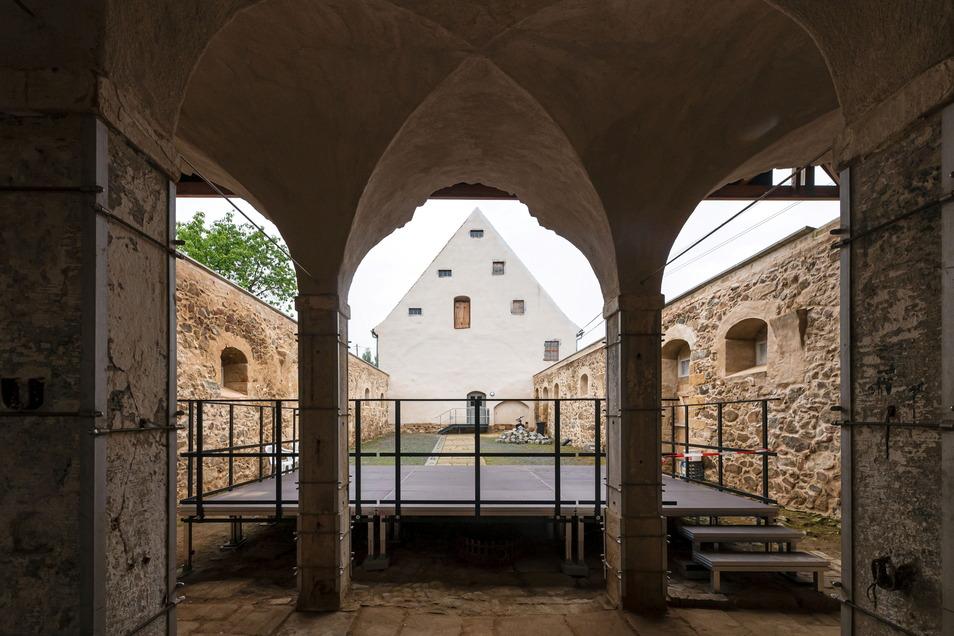 Die Bühne im Innenhof des Gesindehauses Polenz Am Wasserberg ist bereits aufgebaut. Die Gäste können also kommen.