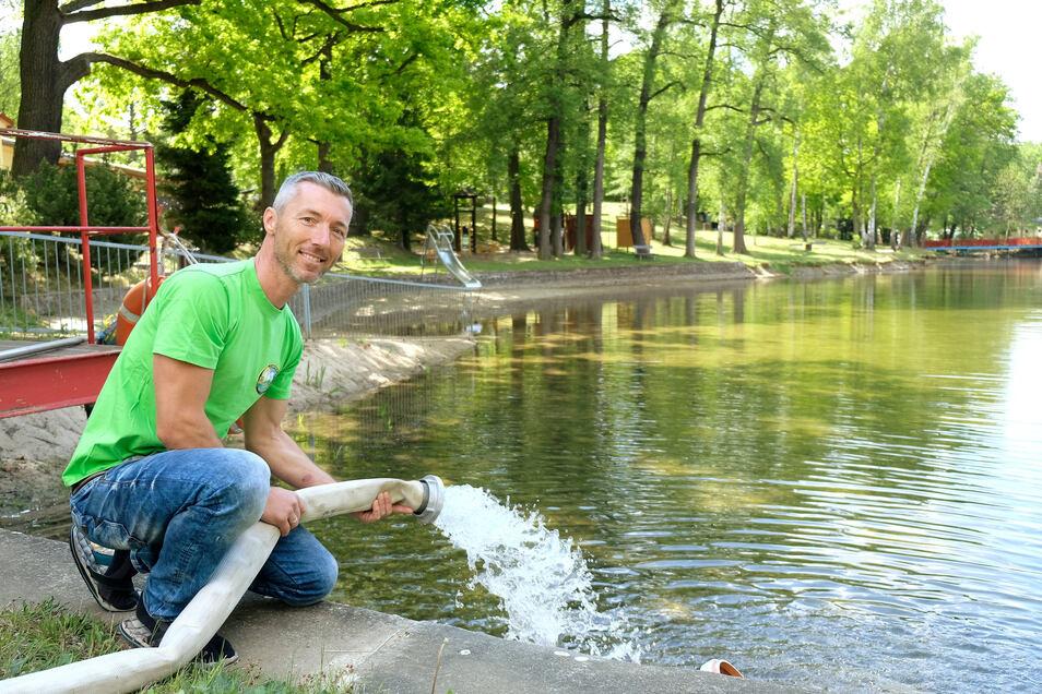 Alexander Rajek vom Waldbad Oberau lässt Frischwasser in den Teich. Die Qualität ist hier wie in allen Naturbädern in Ordnung.