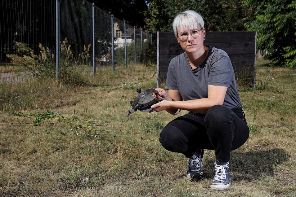 Tierheim-Mitarbeiterin Kathleen Schuster zeigt die Stelle, an der die Falle gefunden wurde.